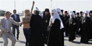 محتجة عارية الصدر تندفع نحو بطريرك روسيا في أوكرانيا